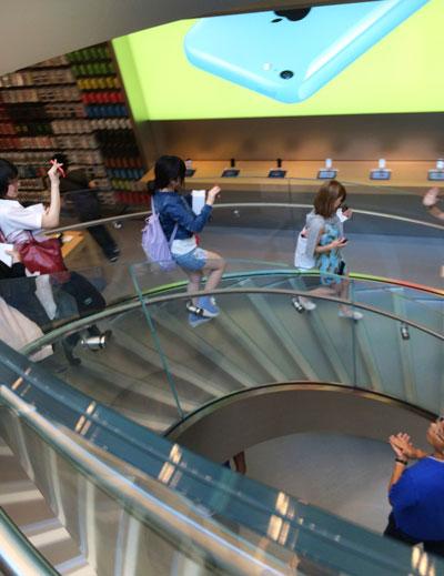 Apple Store表参道の階段