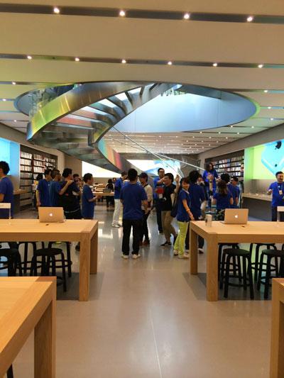 Apple Store表参道、地下のアクセサリー売り場