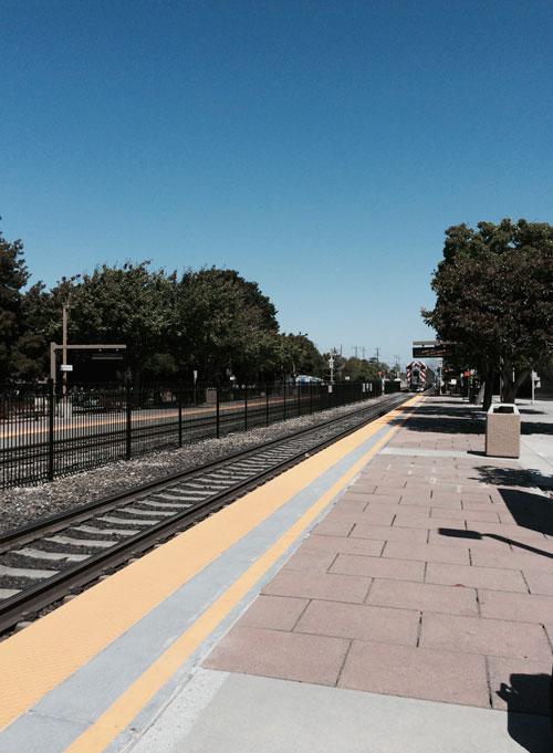 サニーベール駅。線路はまっすぐ続いています