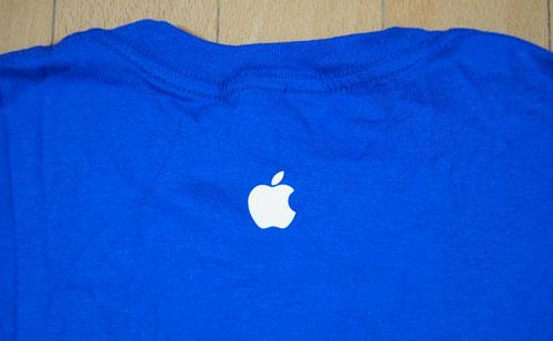 SiriTシャツの首元にはリンゴマーク