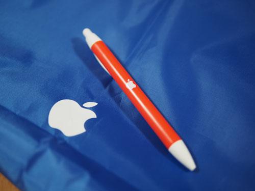 Apple袋とボールペン青とオレンジ