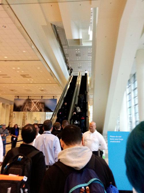 WWDCモスコーンウェスト1階エスカレーター