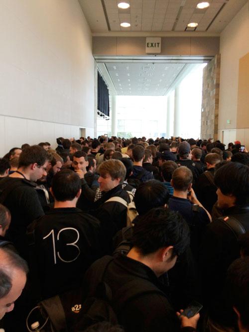 WWDC基調講演待機中。ゆこびん前のデベロッパーたち。