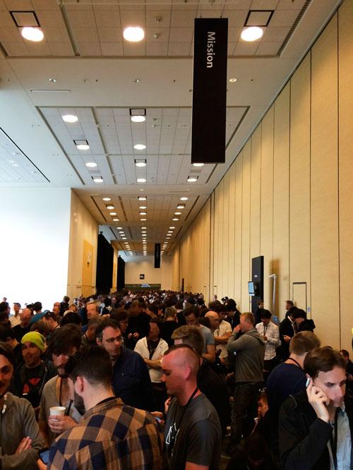 WWDC基調講演待機中。ゆこびん後ろのデベロッパーたち。