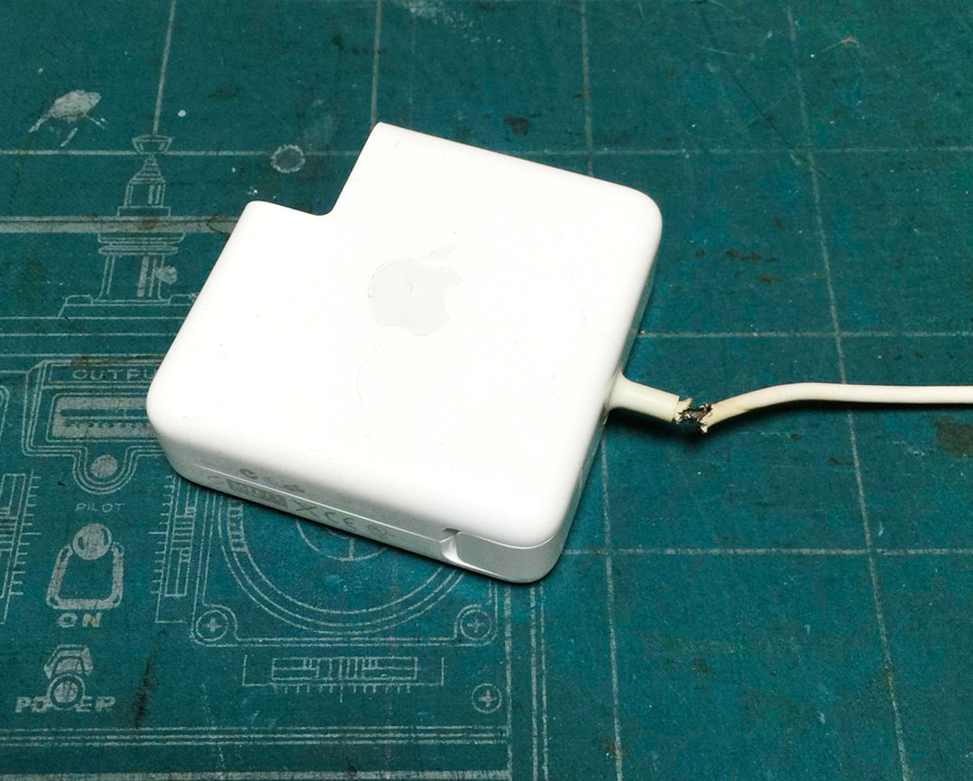 断線したMacBook ProのACアダプタを直しちゃおうという