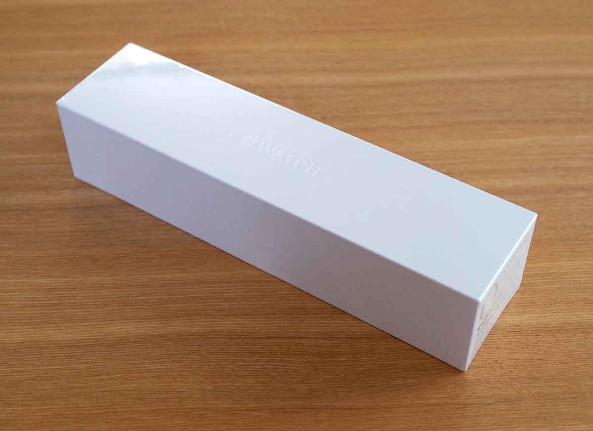 Apple Watch SPORTのパッケージは長細い