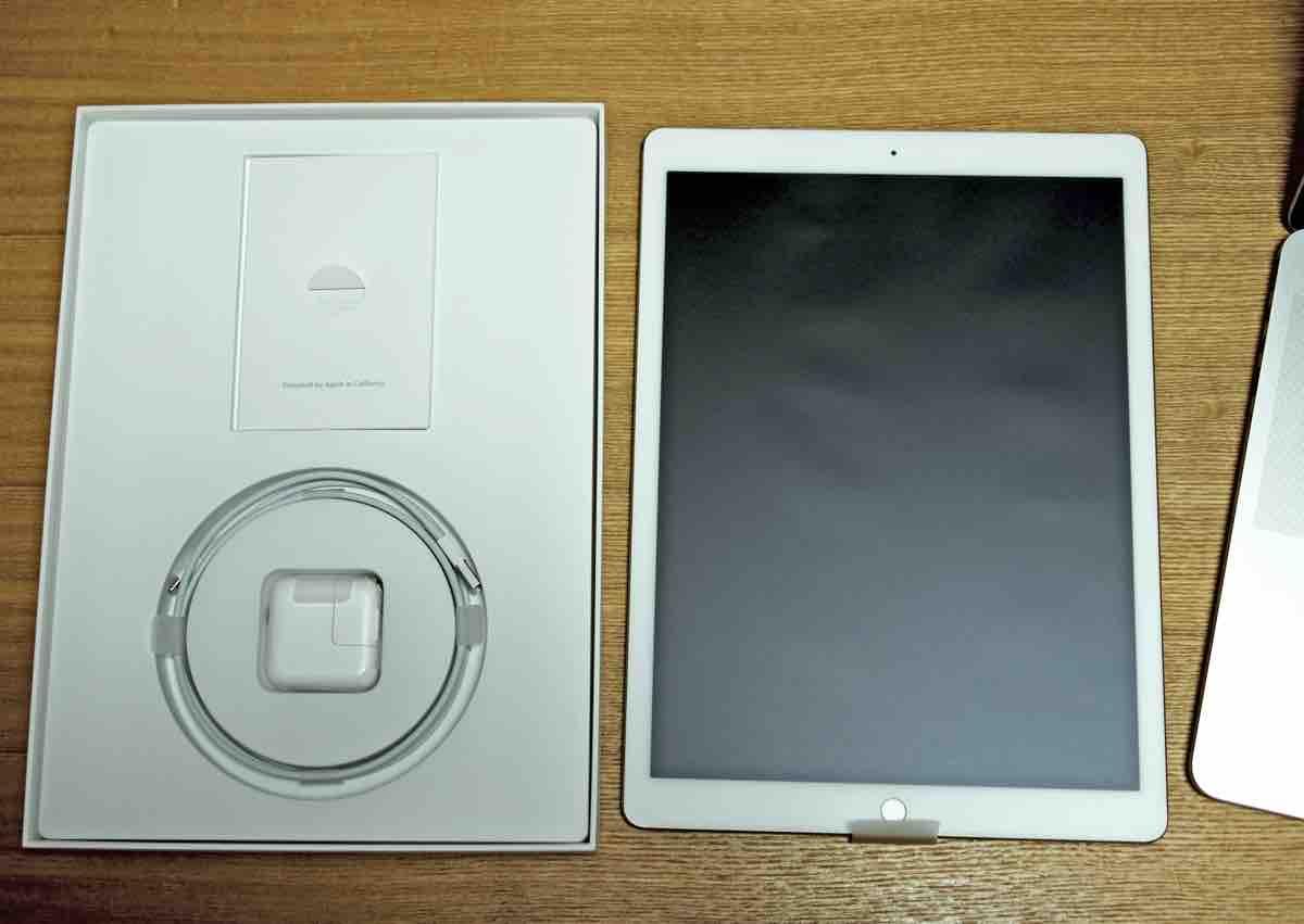 iPad Pro本体と内容物。説明書とLightningケーブルとACアダプター。リンゴシールもあるよ。