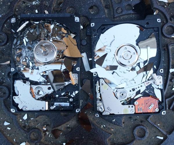 円盤が粉々に砕けたHDD