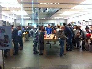 銀座Apple Store、土曜だけど夜だからそんな混んでない