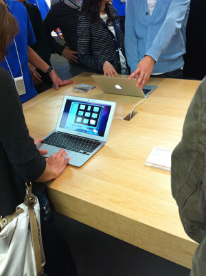 新型MacBook Airを触る人々