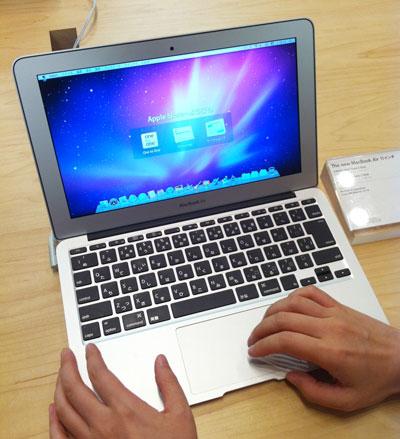 Apple StoreでMacBook Airを触るyucovin