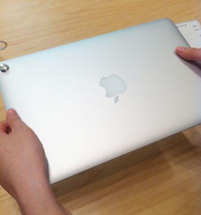 新型MacBook Airを持ってみる