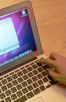 MacBook Air(2010)のイジェクトボタンを押すyucovin