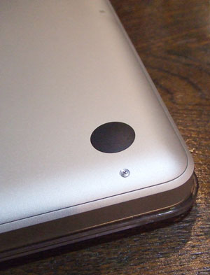 MacBook Proの裏蓋はこんなかんじでネジでとまっている