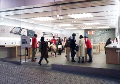 渋谷のApple Storeの着くと、スタッフの服の色が赤くなってること発見!