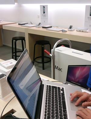 後ろに見えるのは私のiMac