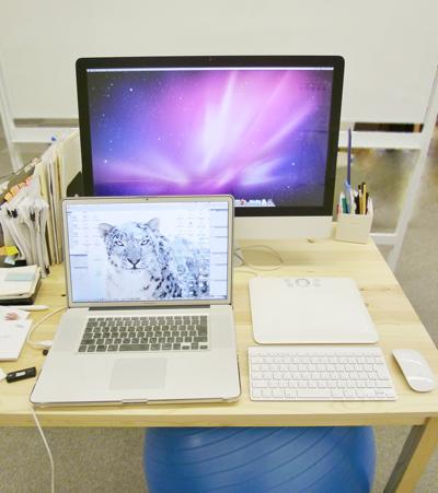 yucovinの机、27インチiMacと17インチのMacBook Pro