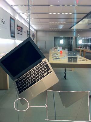 Apple Store銀座展示左。MacBook Airが吊るしてある