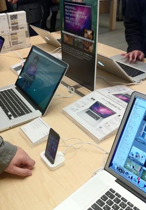 MacBook Pro(2011)のある展示テーブル
