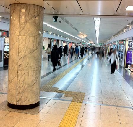 栄の駅は大きい