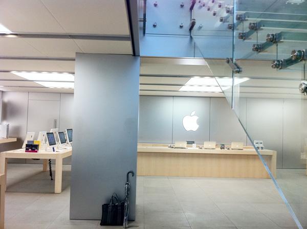 Apple Store名古屋栄の1F 階段付近