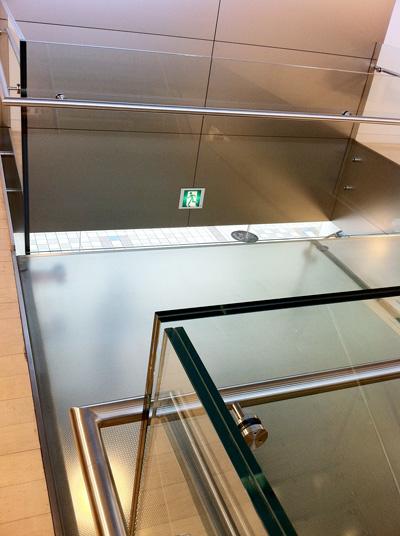 Apple Store名古屋栄2階のガラスの渡り廊下