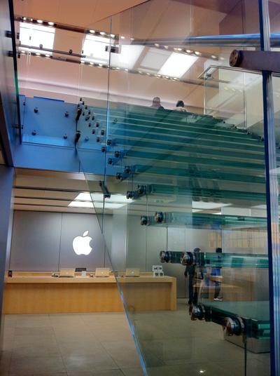 Apple Store名古屋栄の1F 階段