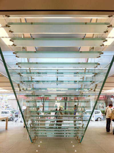 Apple Store名古屋栄 ガラス階段の裏