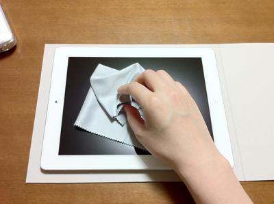 iPadの保護フィルムの貼り方1ディスプレイをよく拭いて埃を取ります