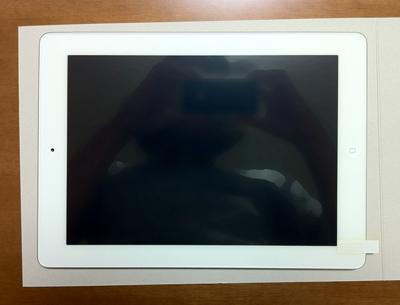 iPadの保護フィルムの貼り方2 保護フィルムをのせてあたりをつけます