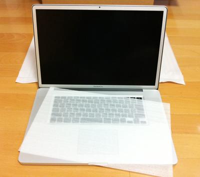 ぱか!MacBook Proには薄いポリウレタンシートが挟まれている。