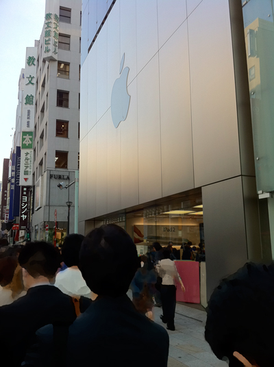 iPad2の行列に列んで待ちます。