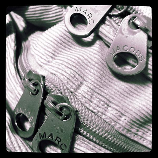 Marc Jacobsのコーデュロイのバックパック、金具up