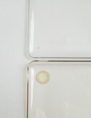 Speck MacBook Pro SeeThru (Clear) SPK-MB17AU-SEE-CLRの本体。上と下でプラの色が違うのはご愛嬌(笑)