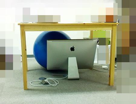yucovinの机の下にあるiMac