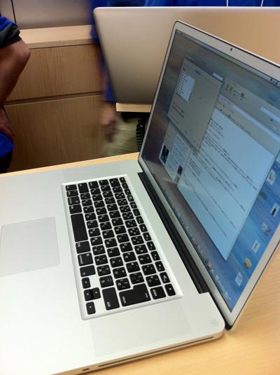 ジーニアスバーのカウンターに置かれた私のMacBook Pro(Mid 2010)と最後の挨拶