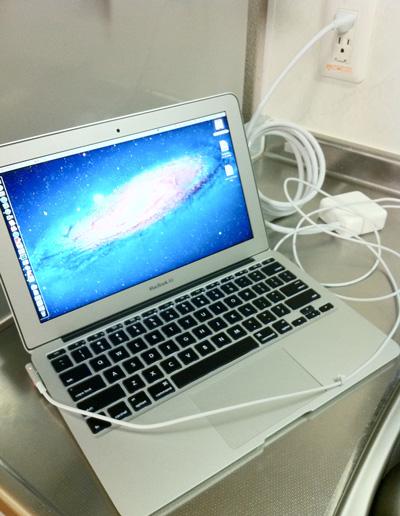 無理矢理3芯延長コードを使ってMacBook Air充電してみる。