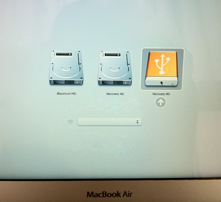 LionリカバリーUSBメモリはMacに挿していおいてからoptionキーを押しながら起動すれば使えます。