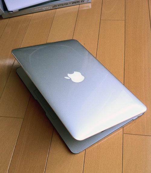 パワーサポートのAirジャケットセット for MacBook Airを装着したMacBook Air(Mid 2011)。てかてかです。)