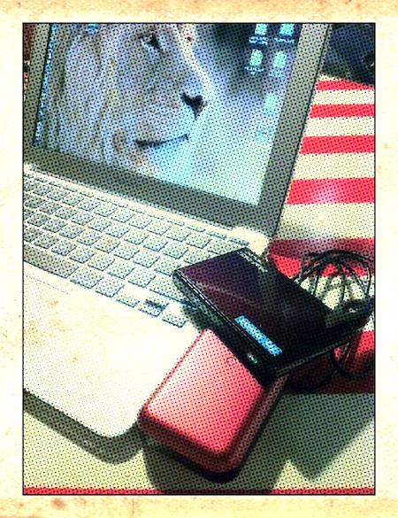 MacBook AirとWiMAXルーターとモバイルバッテリー