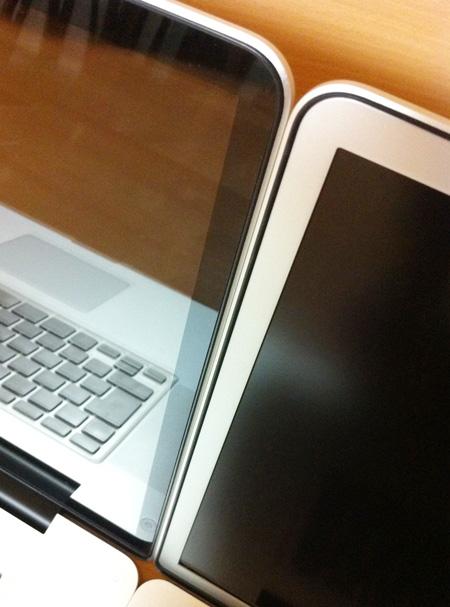 MacBook Pro グレアとアンチグレアのベゼルの違い