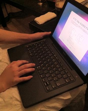 MacBook黒(late 2006)をさわるみやびちゃん