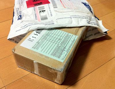 外国から送られてきた袋には小さな段ボール箱