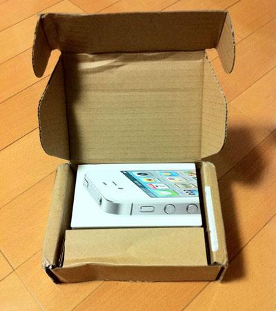 段ボール箱を開けると! 白いiPhone 4Sの箱が!