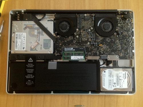 17インチMacBook Proの内部写真(裏蓋をはずしたところ)