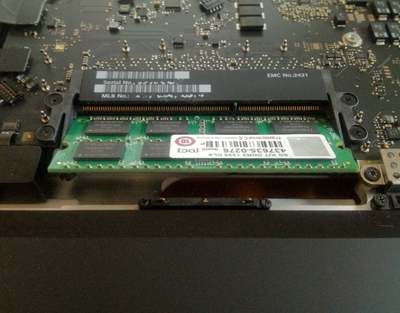 17インチMacBook Proの内部写真、メモリを挿す部分の拡大図