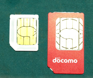 docomoのUIMカードとSoftBankのmicroSIMカード。比較。