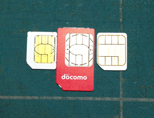 docomoのUIMカードとSoftBankのmicroSIMカード、自作FOMAmicroSIMカード。比較。