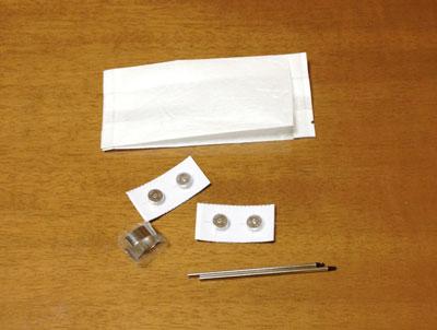 iPenの内容物、替えのリフィル。リフィルを抜くための簡易ピンセット、電池
