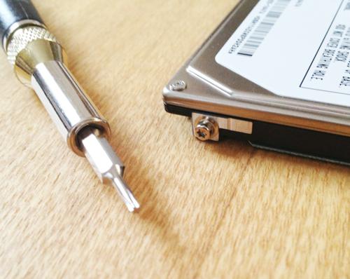 MacBook ProのHDDのサイドのボルトねじはトルクスドライバーで。